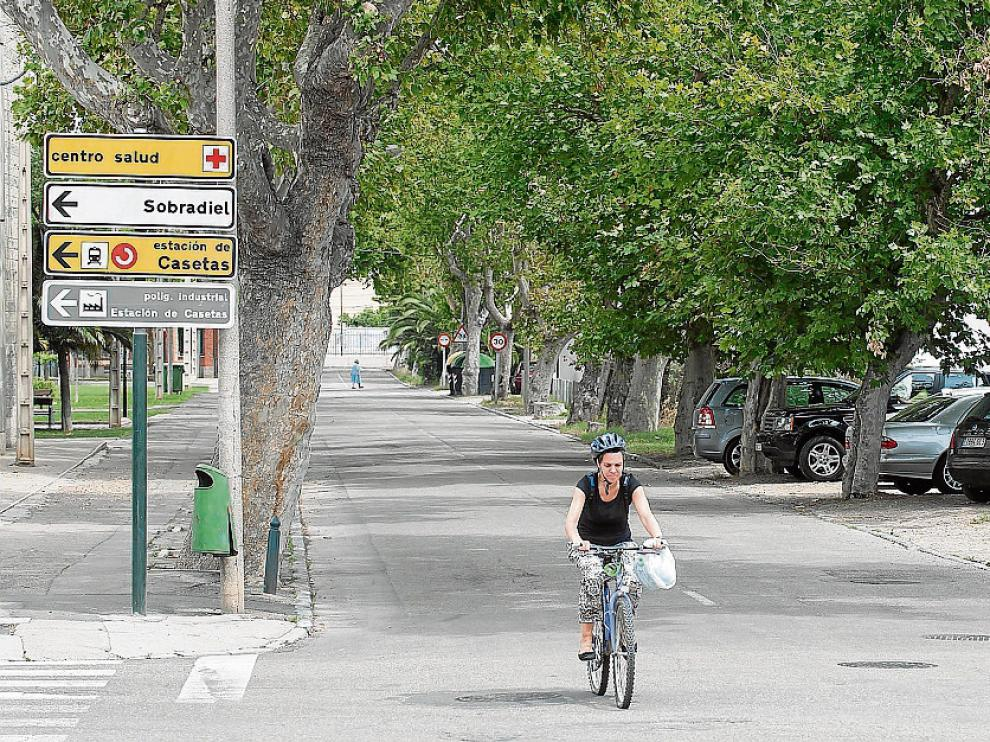 Un aspecto de la avenida de la Constitución de Casetas, en julio de 2015.