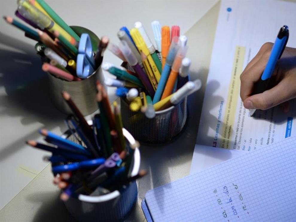 Un alumno de 1º de la ESO realiza deberes en su casa.