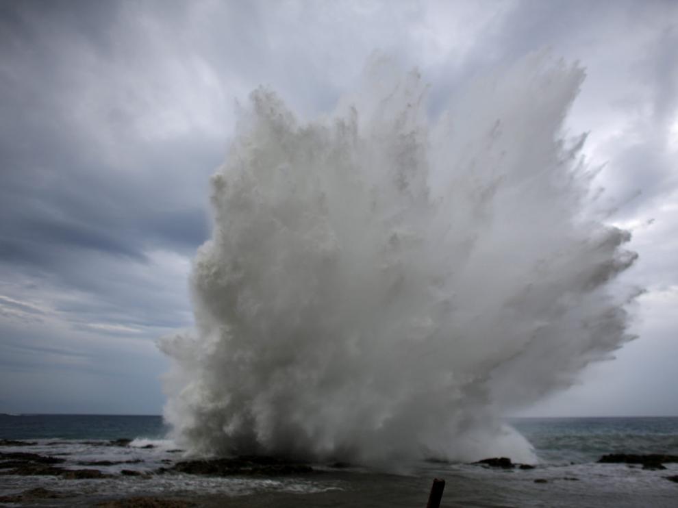 Foto de archivo de una ola chocando contra la costa
