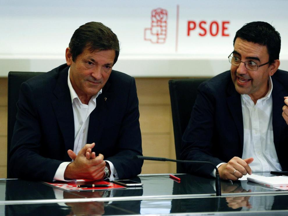 El presidente de la gestora del PSOE, Javier Fernández, y el portavoz, Mario Jiménez.