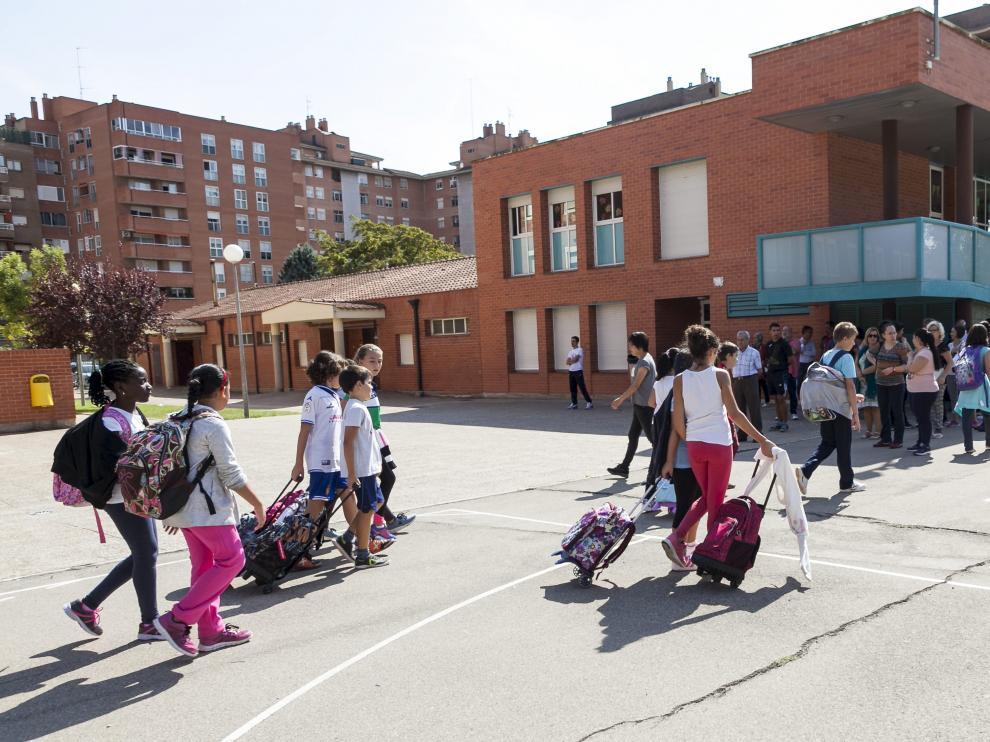 Primer día de jornada continua en el colegio La Almozara de Zaragoza.