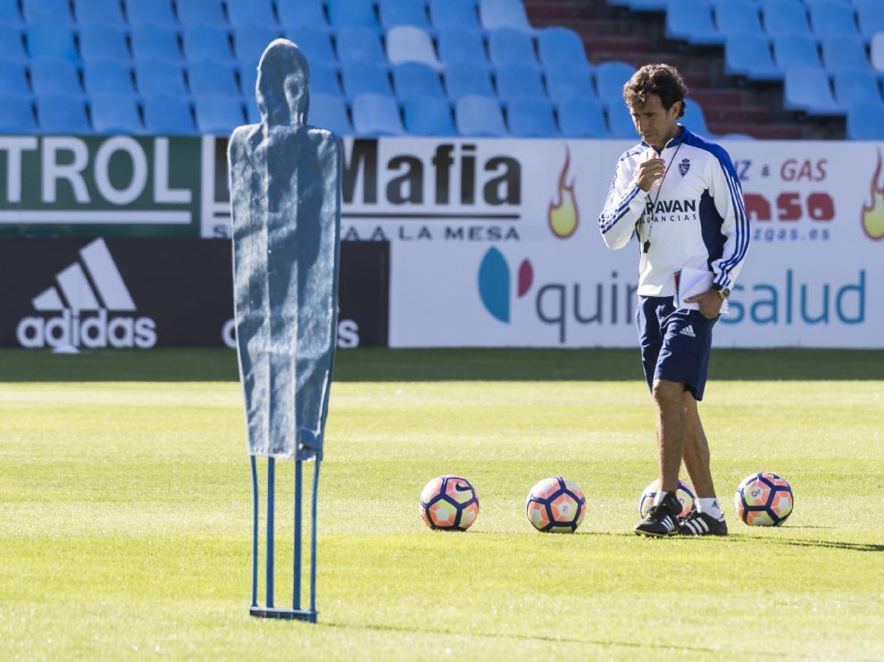 Luis Milla, pensativo, en el último entrenamiento del equipo la semana pasada en La Romareda.
