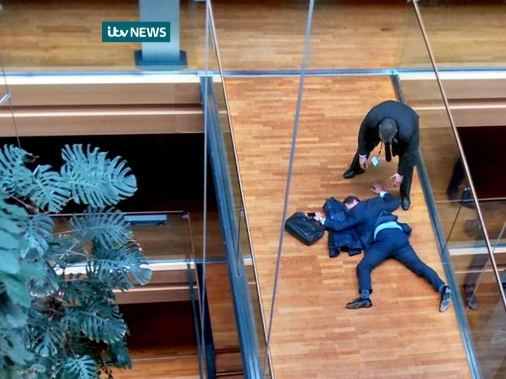 El eurodiputado Steven Woolfe, tendido en el suelo en una imagen captada por la cadena ITV