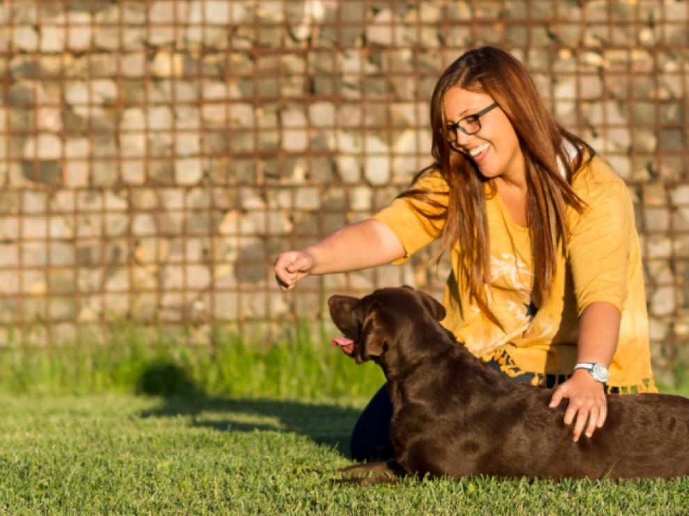 Un perro puede comunicarse con los humanos a través de una postura