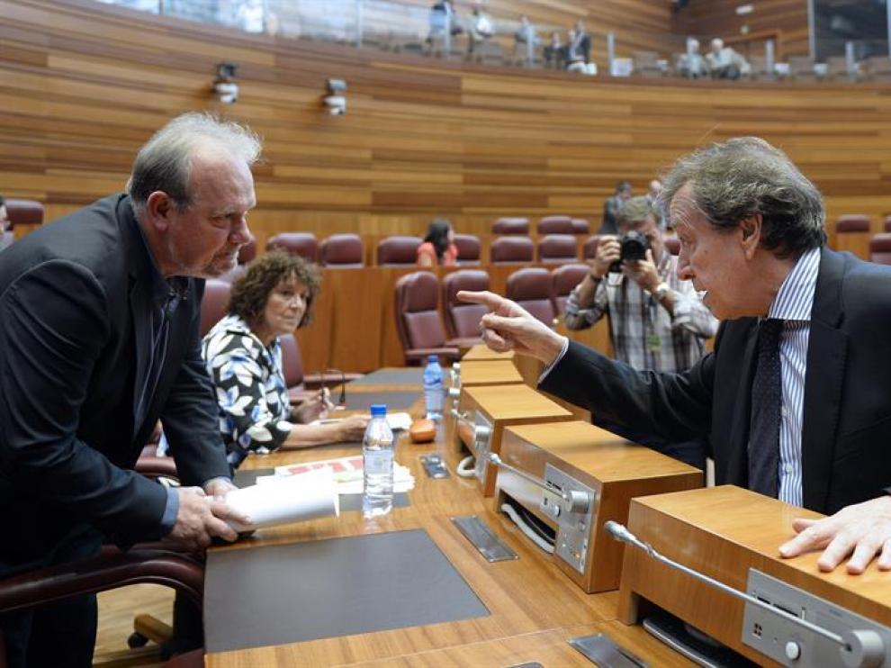 El vicepresidente de la Junta de Castilla y León, José Antonio de Santiago-Juárez (d), conversa con el procurador socialista, José Francisco Martín (i), momentos antes de una sesión plenaria en las Cortes