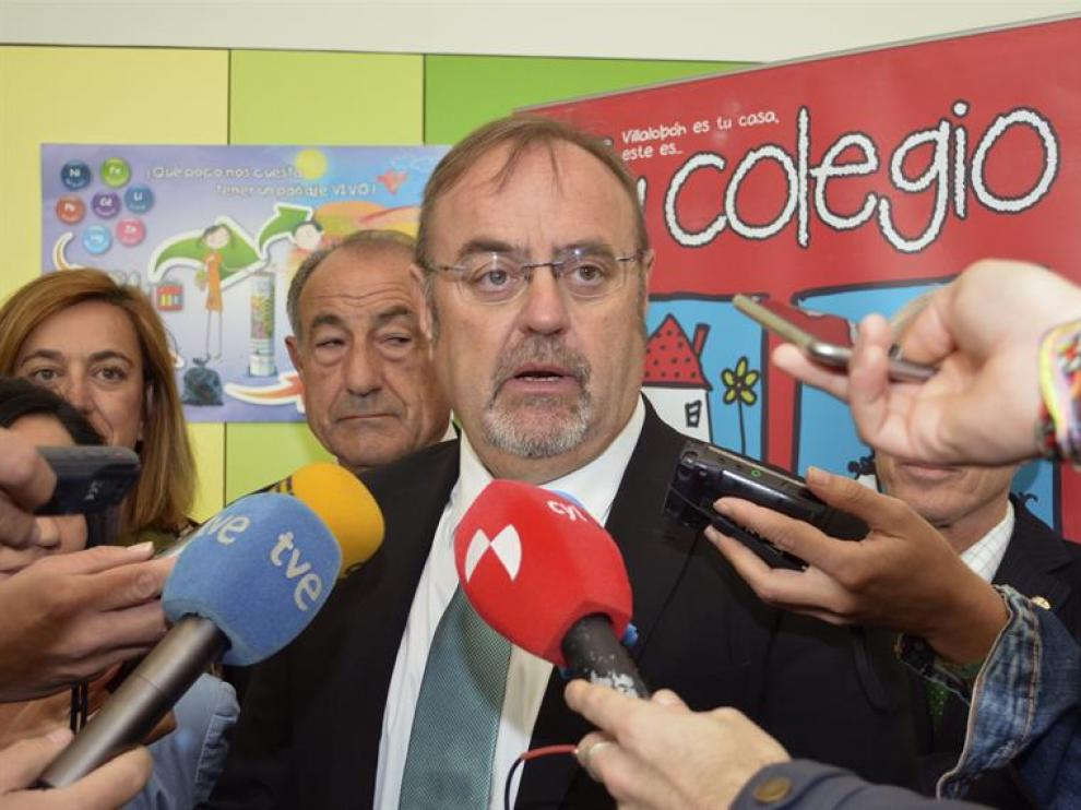 El consejero de Educación, Fernando Rey, en el Centro de Educación Infantil y Primaria en Villalobón (Palencia)
