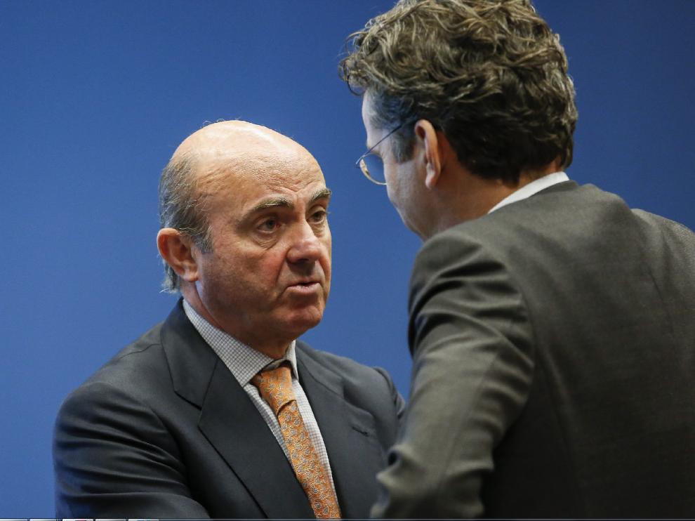 De Guindos, con el presidente del Eurogrupo, Jeroem Dijsselbloem, este lunes en Luxemburgo.