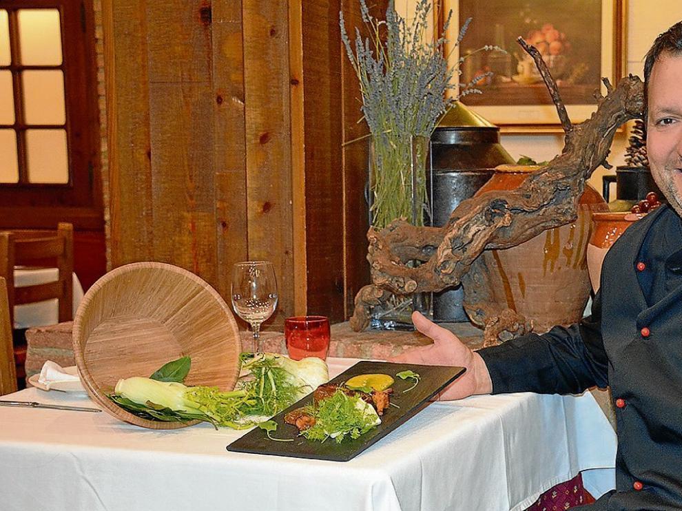 Juanjo Banqueri, chef del restaurante Parrilla Albarracín, con el plato de tournedó de ternasco con escabeche de cítricos.