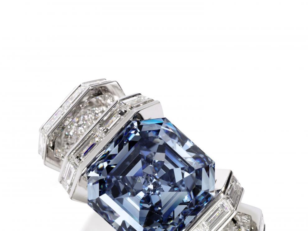 El anillo con el Sky Blue engarzado.