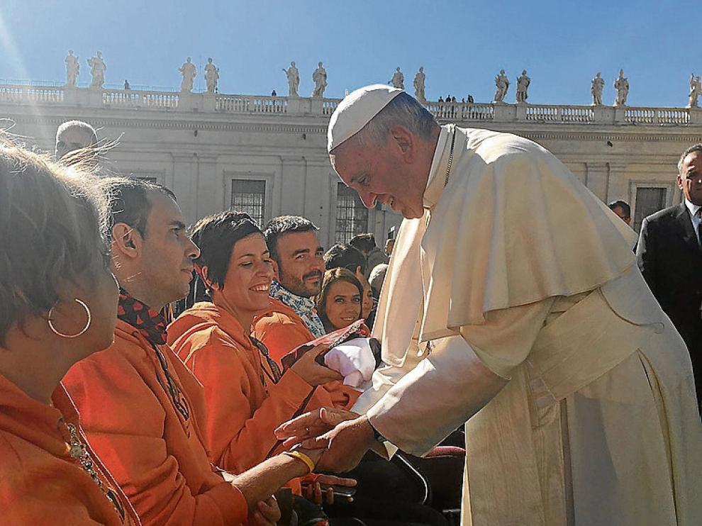 Jorge Murillo y su hermana Mónica saludan al Papa.
