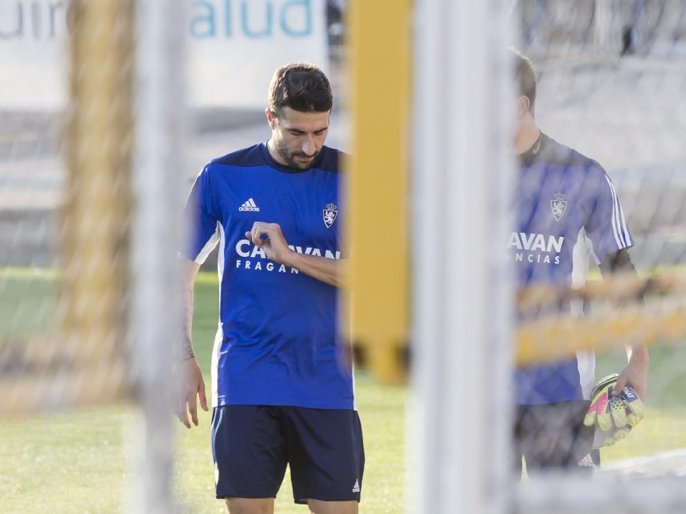 Cani, rumbo al gimnasio, como cada día en las últimas cinco semanas en los entrenamientos del Real Zaragoza en la Ciudad Deportiva.