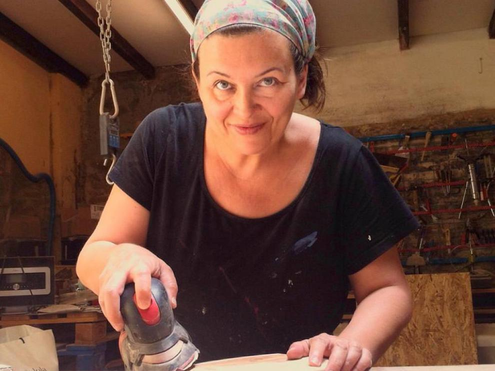 La artesana aragonesa, trabajando en su taller