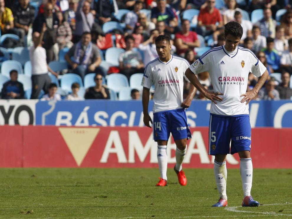 Erik Morán y Marcelo Silva, tras recibir uno de los goles