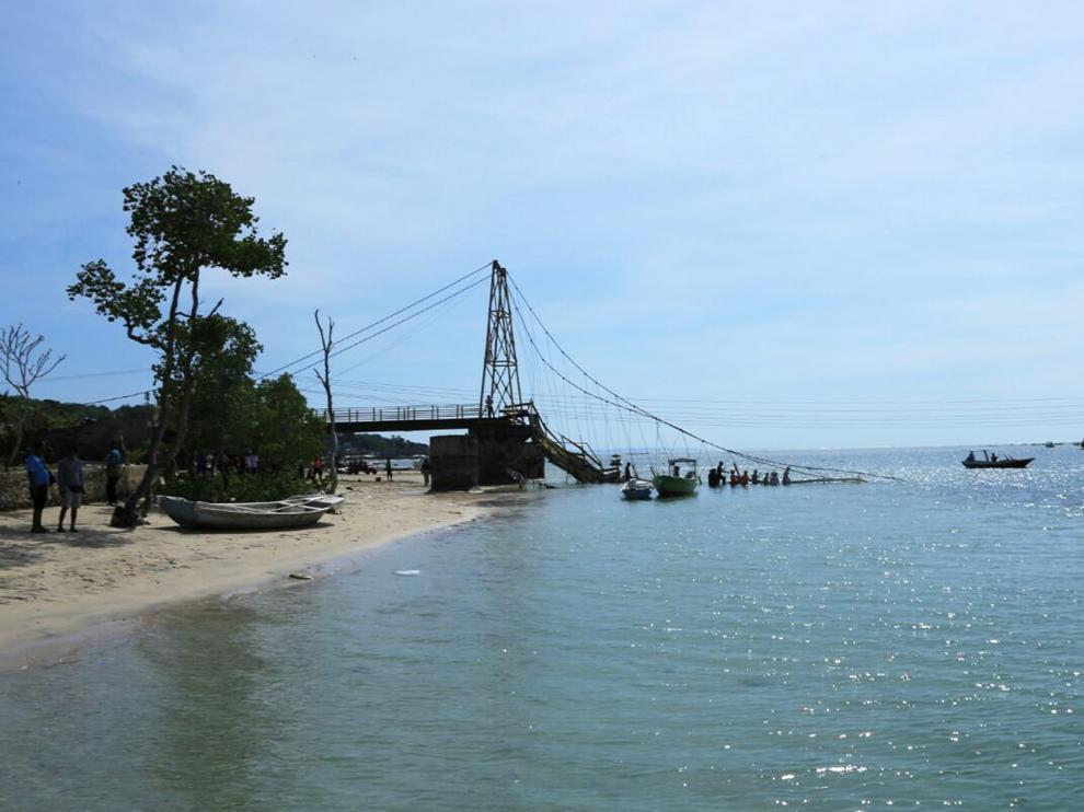 Nueve muertos al hundirse un puente en la isla indonesia de Bali