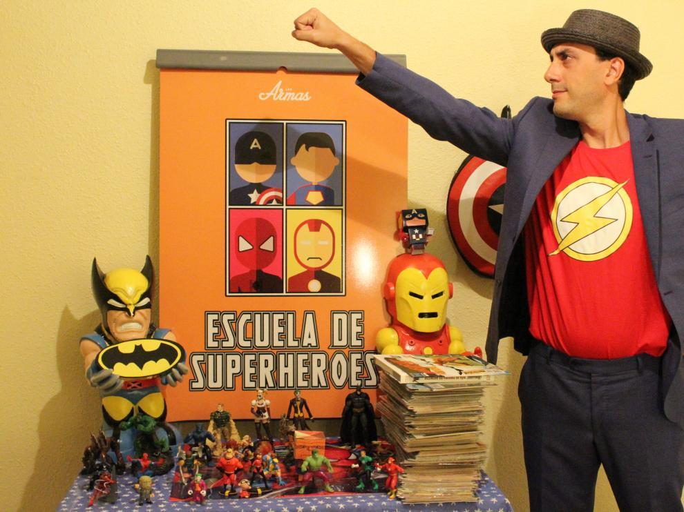 Manuel Ramas, en actitud heróica, dispuesto a salvar el mundo... o al menos a formart pequeños superhéroes.