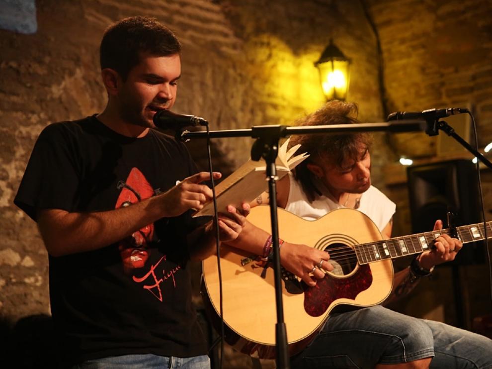 Los organizadores Adrián Flor, recitando  y Luis David Guebba, a la guitarra, en la inauguración de la segunda temporada de noches de Poemia.