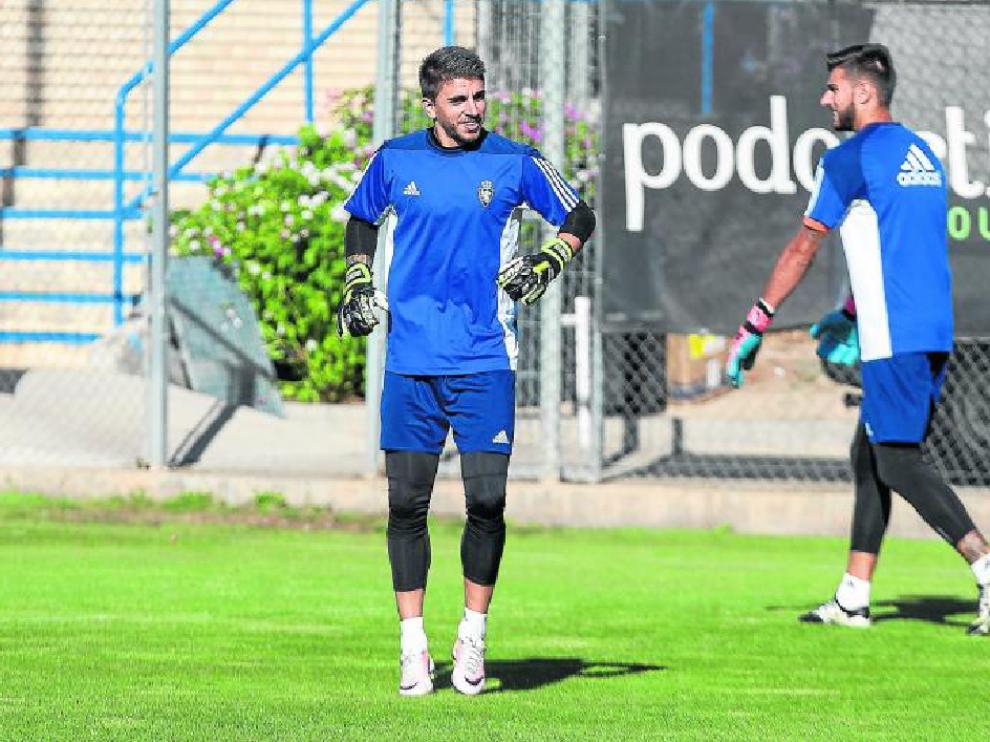 Imagen de un entrenamiento de porteros del Real Zaragoza, con Xabier Irureta en primer término, y Álvaro Ratón al fondo
