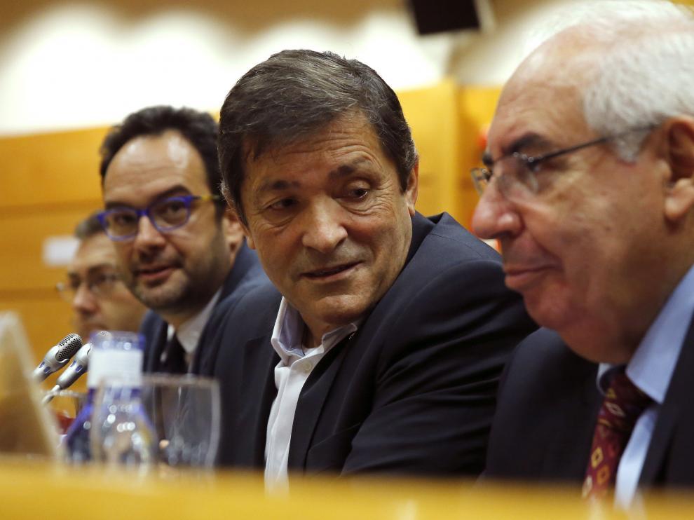 Javier Fernández, en el centro, durante la reunión del PSOE