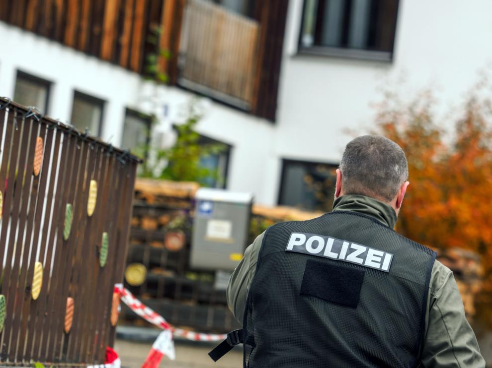 Un policía, ante la casa donde se produjo el tiroteo.
