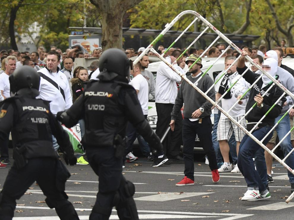 Varios aficionados del Legia de Varsovia se enfrentan a los agentes de la Policía Nacional.
