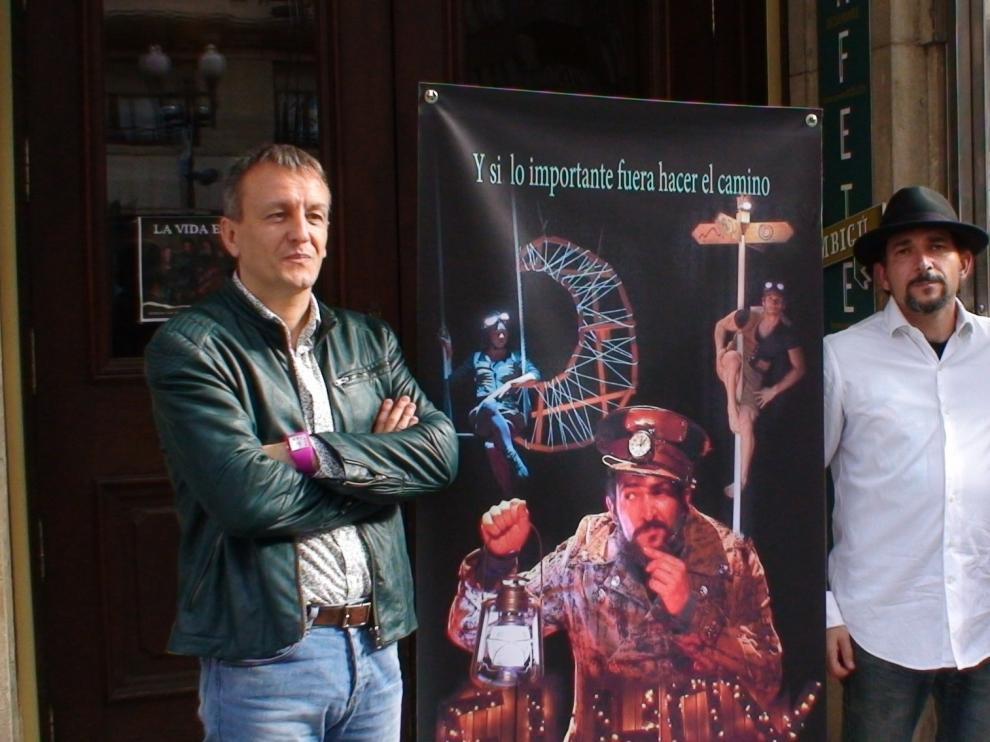 Fernando Rivarés, Mario Cosculluela  y Alberto Beltrán, junto a un cartel del espectáculo 'Elhoy'