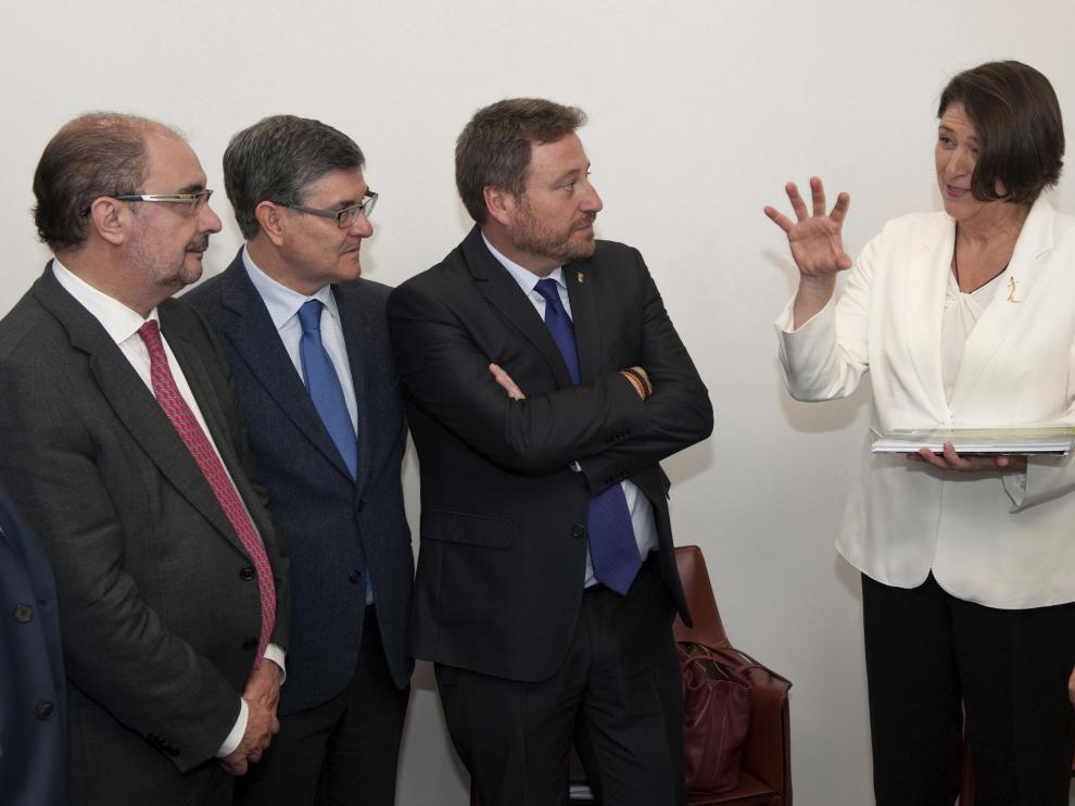 La comisaria de Transportes, Violeta Bulc –a la derecha–, recibió ayer en el Parlamento europeo a la delegación de Aragón.