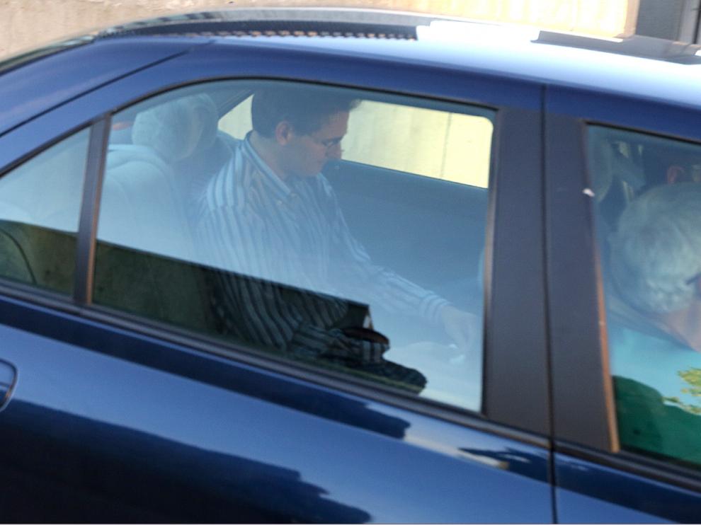 Luis Irzo, en el asiento trasero, saliendo de los juzgados