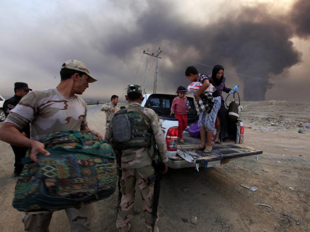 Desplazados que salen de Mosul
