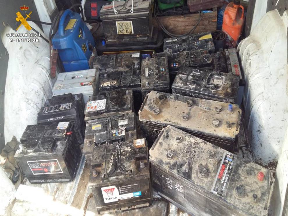 Parte de las baterías localizadas en el exterior de la empresa.