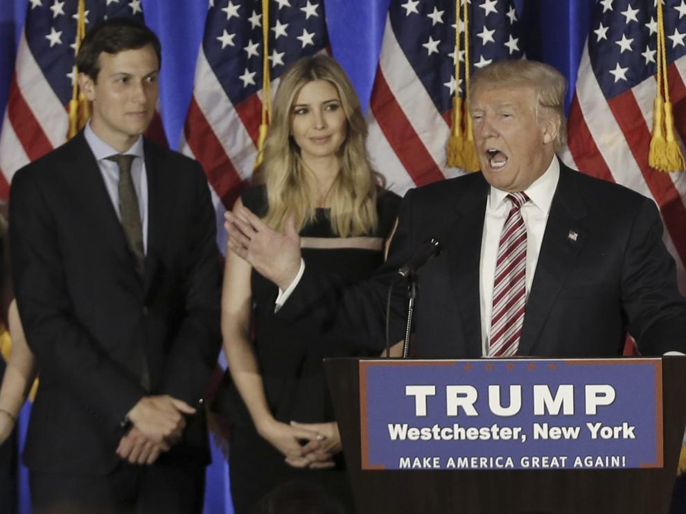 Ivanka Trump, junto a su esposo y su padre, en un acto de campaña.