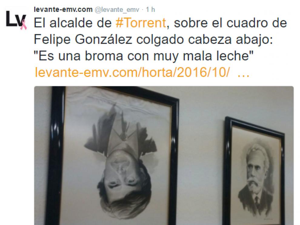 Tuit del 'Levante', que ha publicado la foto del retrato boca abajo de Felipe González en la sede del PSOE en Torrent.