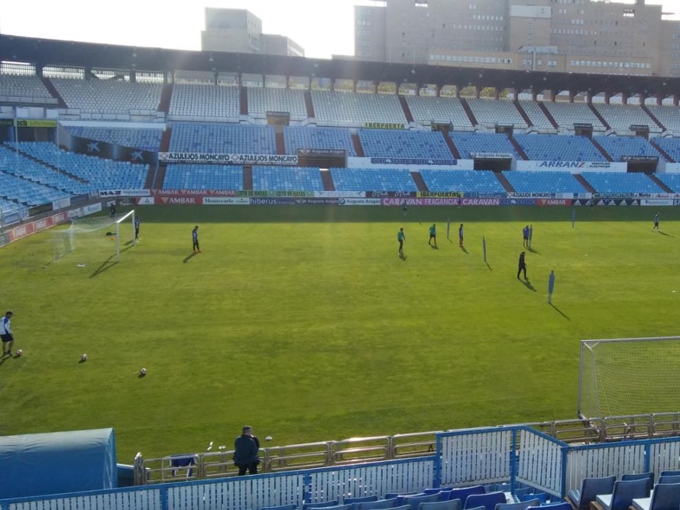 Un momento del entrenamiento del Real Zaragoza en la mañana de este jueves en el estadio de La Romareda.