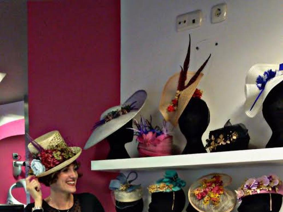 Sara Monzó con sus diseños en la peluquería Trenzzo.
