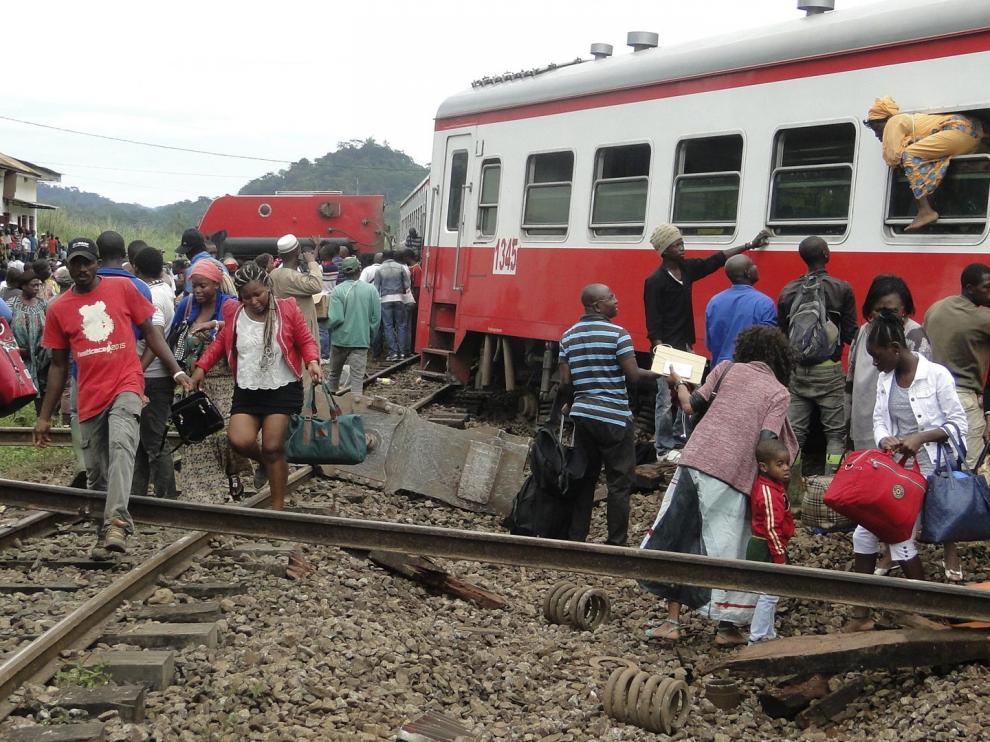 Algunos pasajeros salen del tren siniestrado.