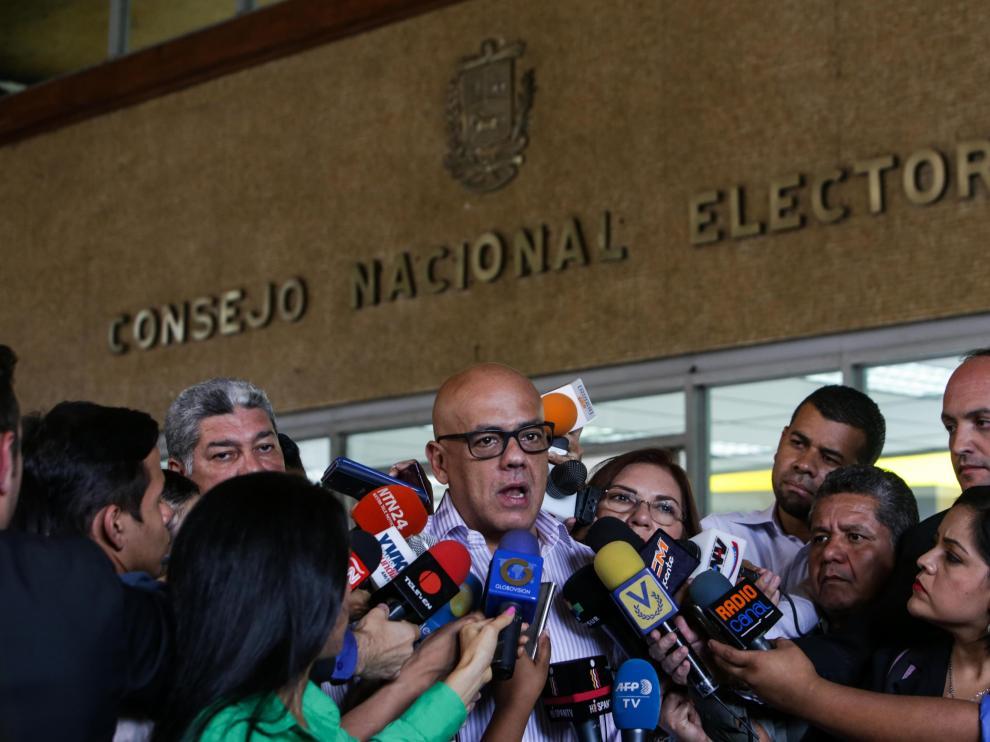 Jorge Rodríguez, alcalde de Caracas, celebra la decisión judicial.