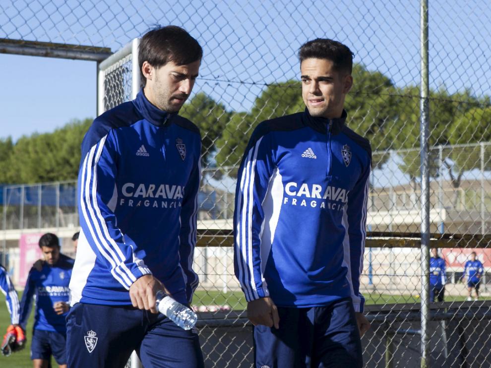 Manu Lanzarote, a la izquierda, serio, camina junto a Fran en el entrenamiento de este viernes en la Ciudad Deportiva.