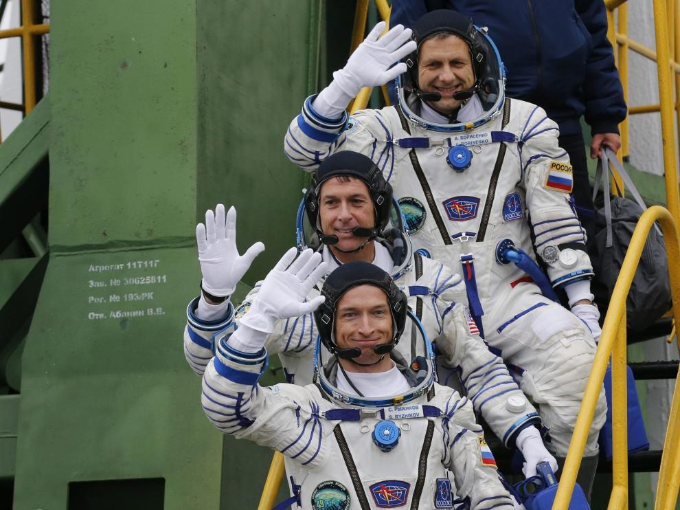 Los tres tripulantes de la Soyuz, al despedirse antes de partir con destino a la Estación Espacial Internacional.