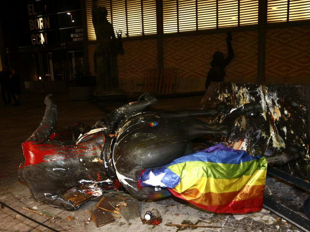 La polémica estatua ecuestre de Francisco Franco decapitado, que forma parte de la exposición '' Franco ,Victora,República. Impunidad y espacio urbano'' en Barcelona, recibió esta noche nuevos lanzamientos de pintura, le colocaron banderas y fue extraída