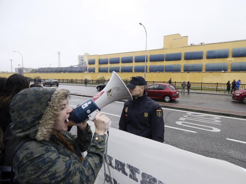 Concentración a las puertas del CIE de Aluche, en Madrid