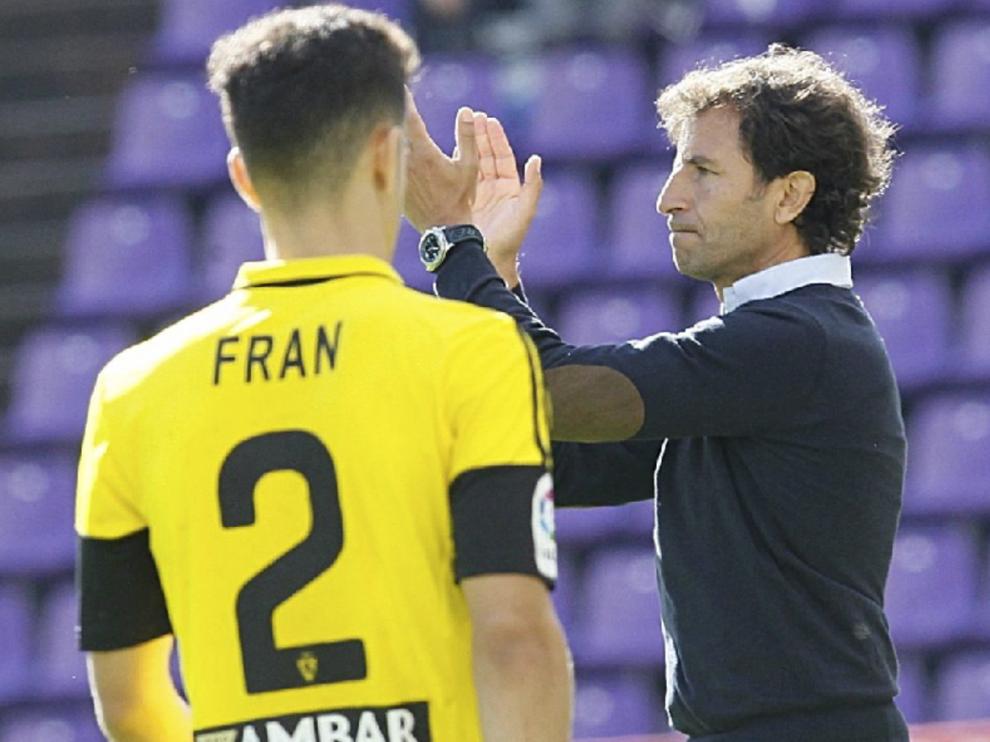 Luis Milla aplaude a sus jugadores, con Fran delante del banquillo, en un momento del partido de este domingo en Valladolid.
