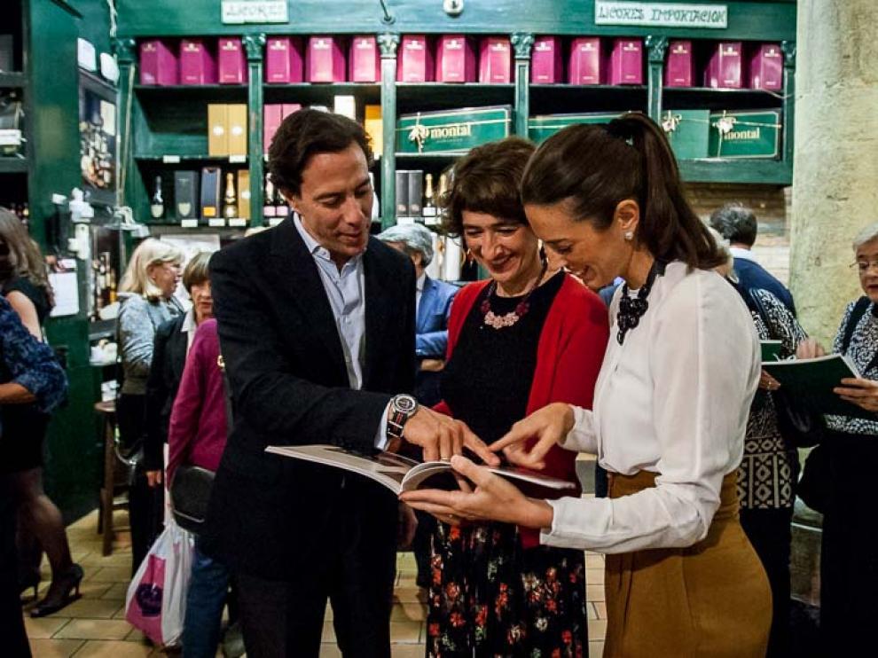 Nacho Montal, Eva Armisén y María Montal, hojeando el catálogo navideño de 2016.