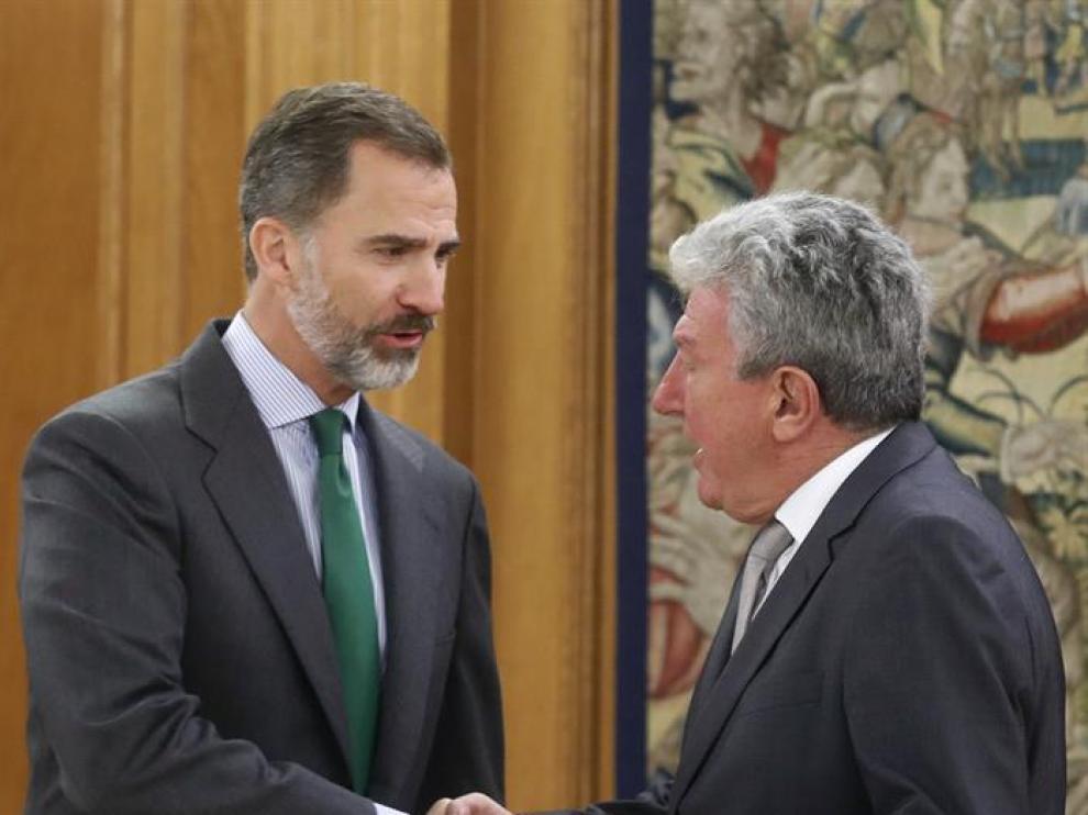 El rey saluda al diputado de Nueva Canarias, Pedro Quevedo
