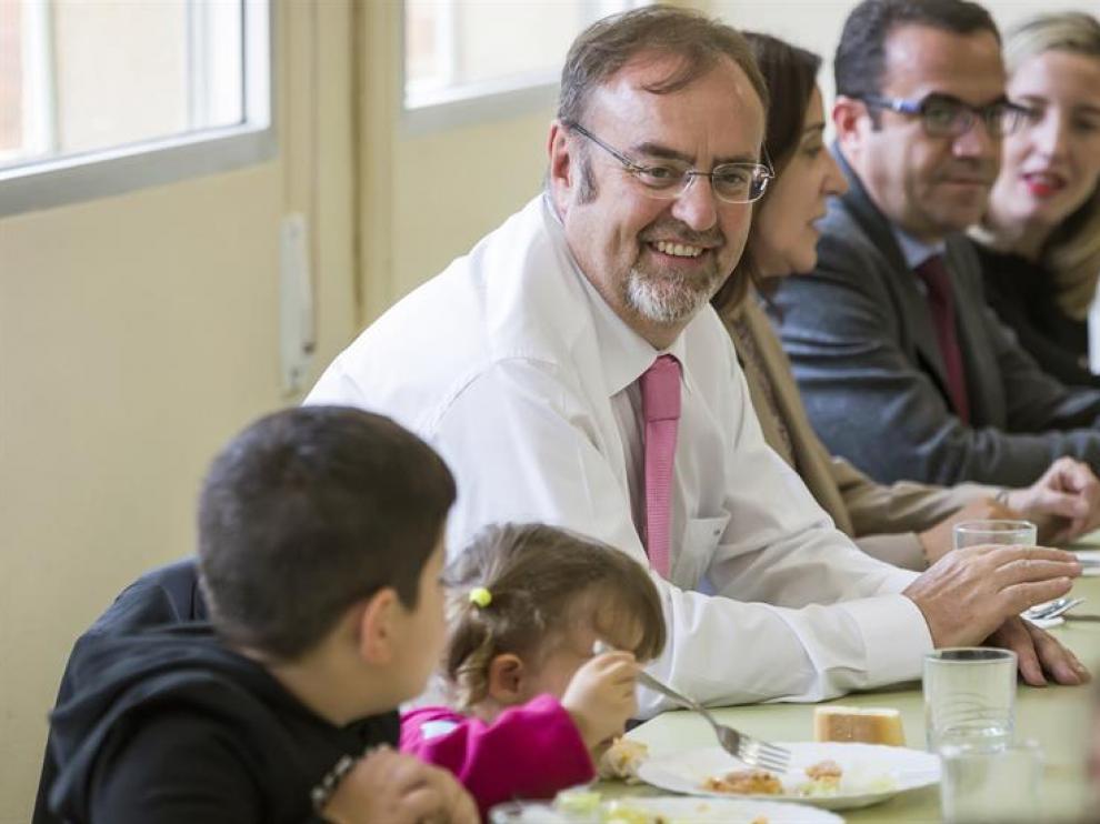 El consejero de Educación, Fernando Rey, visita el nuevo comedor del Centro de Educación Infantil y Primaria 'Cristóbal Colón'.