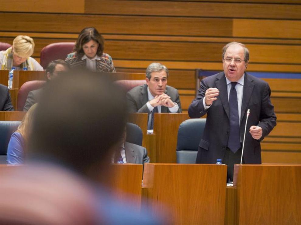 El presidente de la Junta, Juan Vicente Herrera durante su intervención en el pleno de las Cortes de Castilla y León que se celebra hoy en Valladolid.