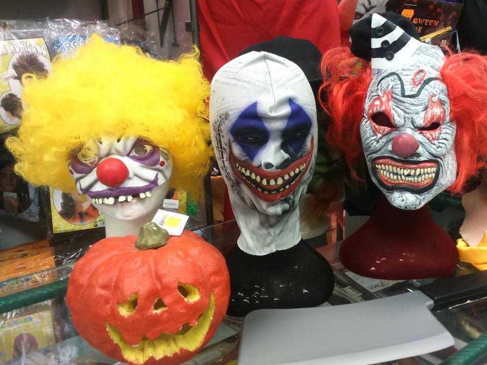 Diferentes caretas y disfraces de 'payasos diabólicos' en una tienda de Zaragoza