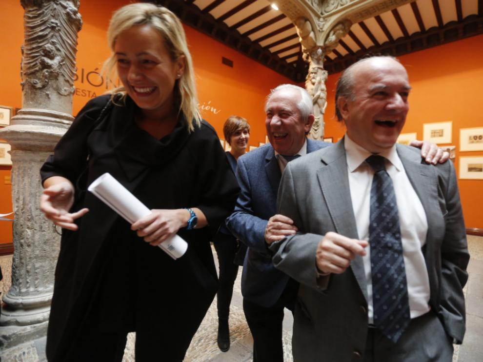 La consejera de Economía del Gobierno de Aragón, Marta Gastón, con sus predecesores en el cargo Francisco Bono y Eduardo Bandrés, tras la presentación del informe de Funcas.