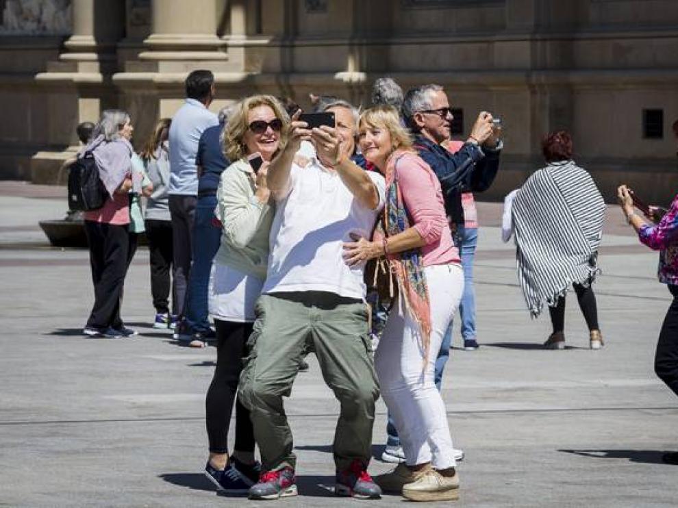 Turistas en la plaza del Pilar de Zaragoza
