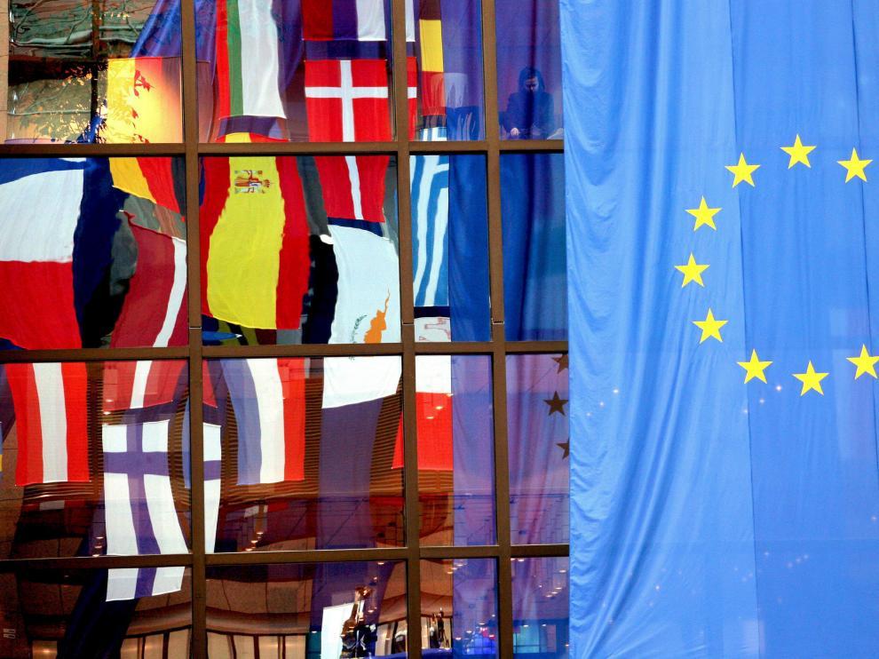 La bandera de la UE, y las de varios Estados miembros, ondean en Bruselas.