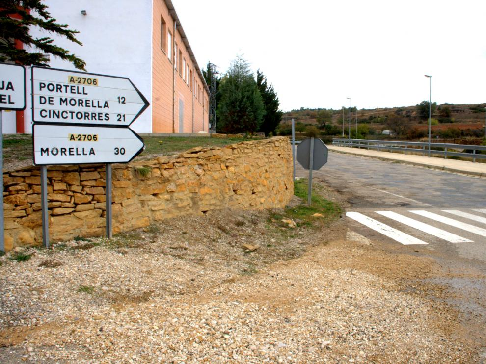 El firme de la carretera de La Iglesuela a Portell (Castellón) –en la foto– está lleno de baches.