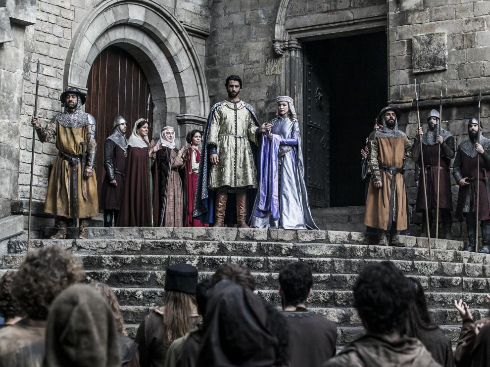 Aitor Luna y Silvia Abascal, en el rodaje de 'La catedral del mar' en la plaza del Rey barcelonesa.